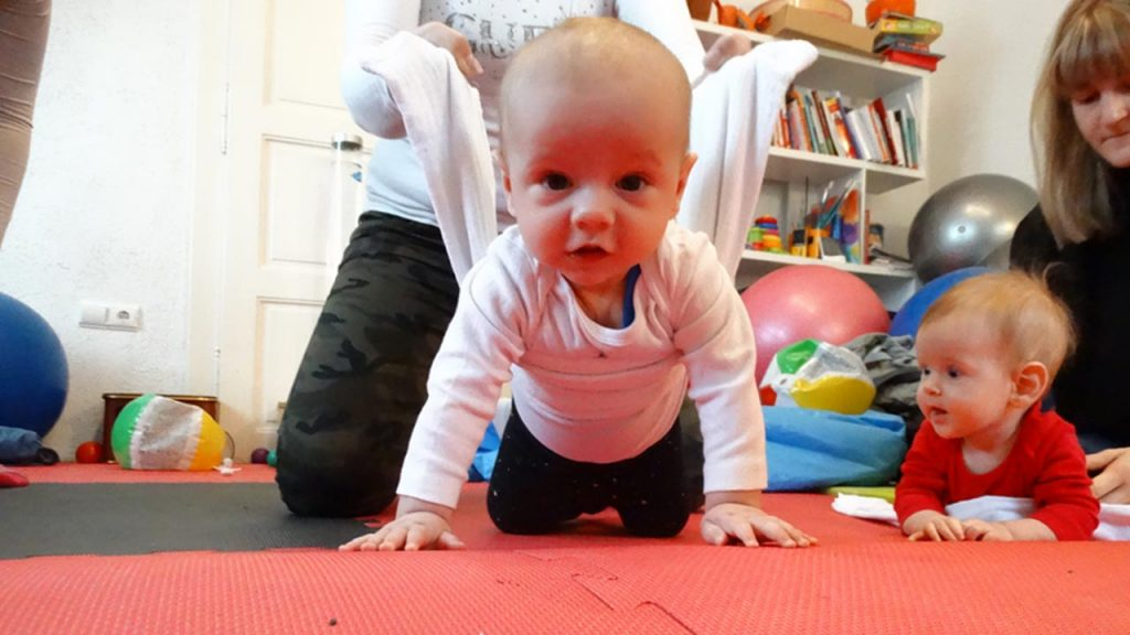 Zašto je važno dopustiti djetetu puzanje po podu?