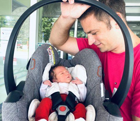Prvi susret tate i kćeri. :-)